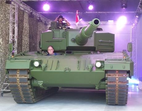 Tank Leopard tampak depan dengan roda berantai dan berbantal karet