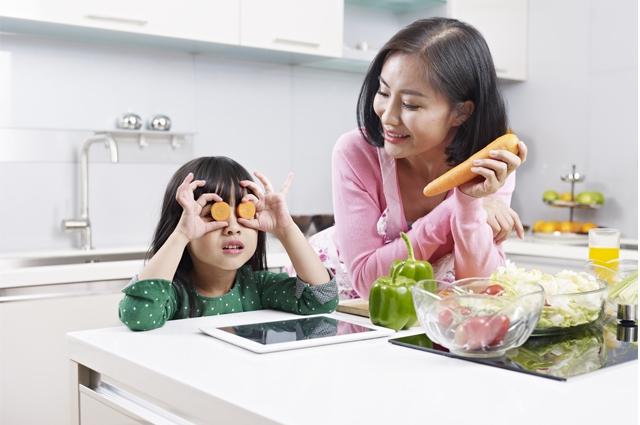 Cara Mudah Mengajak Anak Belajar Puasa - Ibu & Anak di Dapur