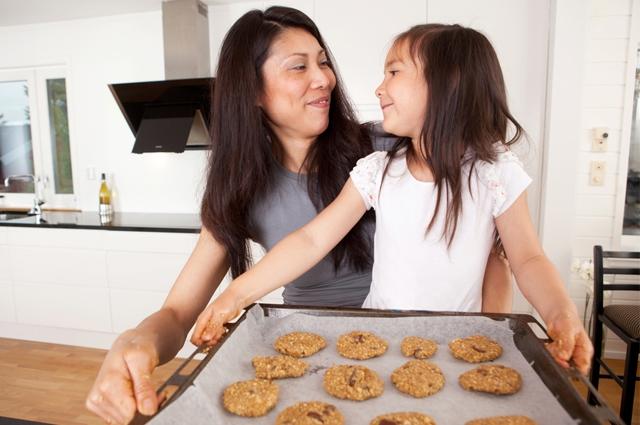 Cara Mudah Mengajak Anak Belajar Puasa - Memasak Kue
