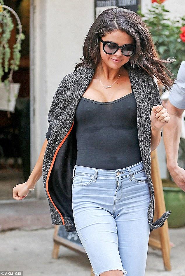 Selena Gomez Tanpa Bra 4