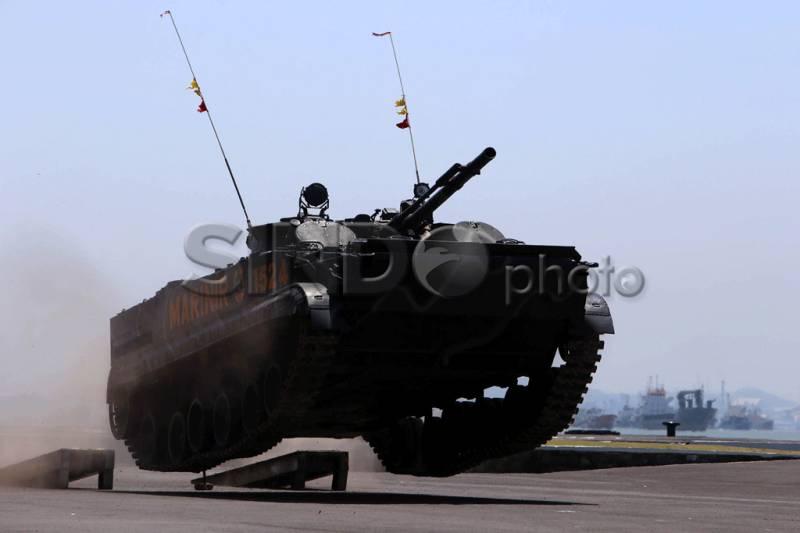 Aksi Tank Amfibi BMP-3F Buatan Rusia dalam HUT TNI ke 69