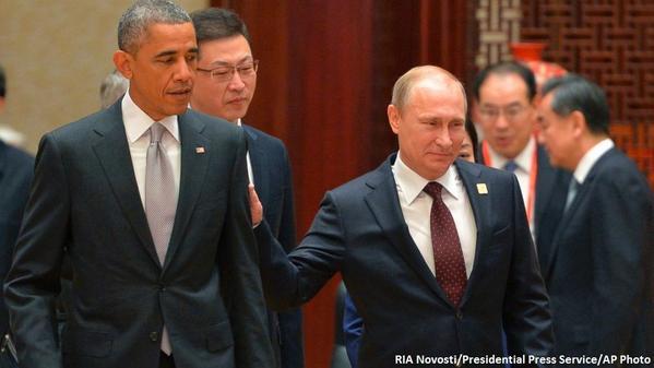 Tepukan Vladmir Putin ke Obama di APEC 2014
