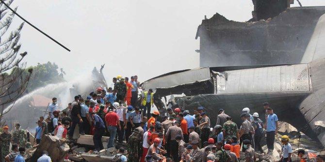 Proses Evakuasi Korban Pesawat Hercules Jatuh di Medan
