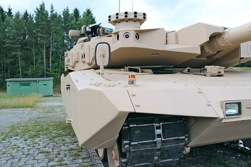Sudut depan Tank Leopard 2RI TNI AD, Kamera, Spion, Roda Rantai belum terpasang peredam
