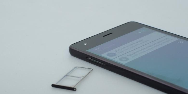 Pada sisi kiri ponsel ini terdapat slot yang dapat memuat dua buah kartu SIM ukuran micro