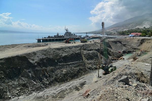 Sejumlah alat berat melakukan penggalian untuk pembuatan dermaga kapal selam di Pangkalan TNI AL Watusampu Palu, Sulawesi Tengah, Selasa (2/2).
