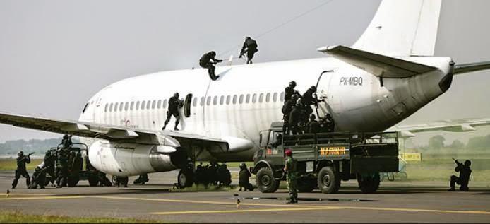 Simulasi Penyerbuan Teroris di Pesawat oleh Marinir