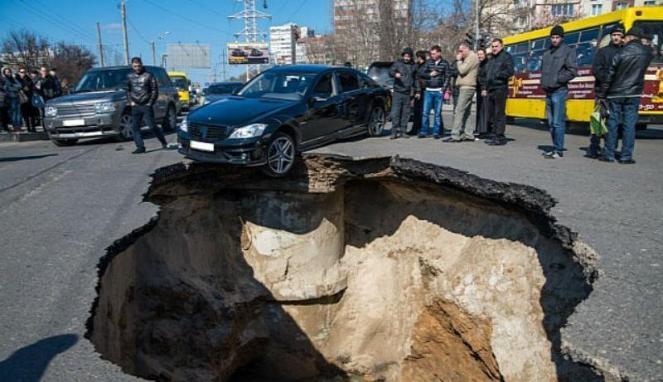 Mobil tertelan bumi