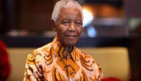 Nelson Mandela Mengenakan Batik Indonesia