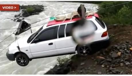 Video Mobil Seberangi Sungai Dengan Kawat