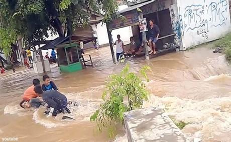 Motor Hanyut Menerobos Banjir di Bekasi