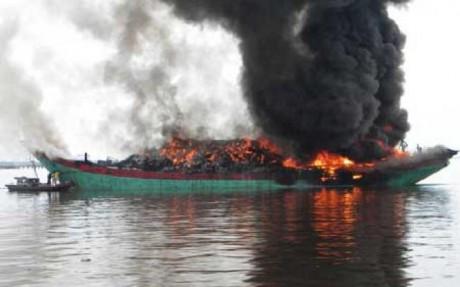 Kapal Nelayan Indonesia Dibakar