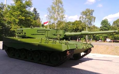 Tank Leopard tampak samping
