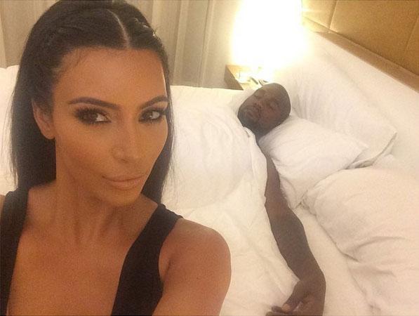 Foto Mesra Kim Kardashian dengan Kanye di kamar