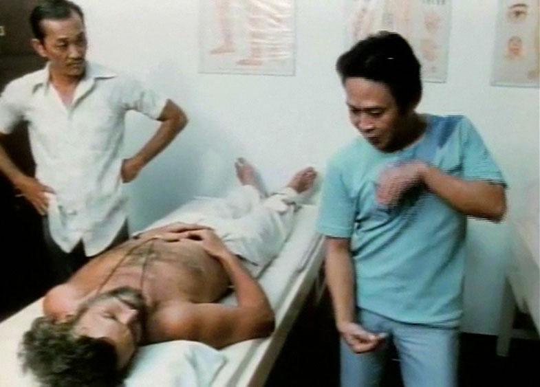 John Chang di Tempat Praktik Pengobatannya