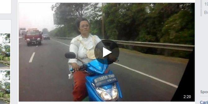 Seorang Ibu Nekat Masuk Tol Naik Motor