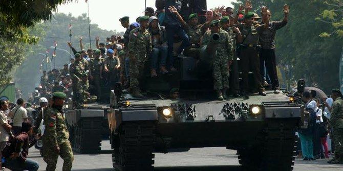 Tank Leopard Merusak Jalan