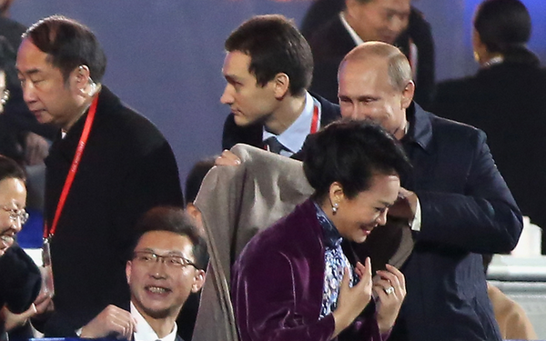Vladmir Putin Mengenakan Jaket ke Istri Presiden Tiongkok