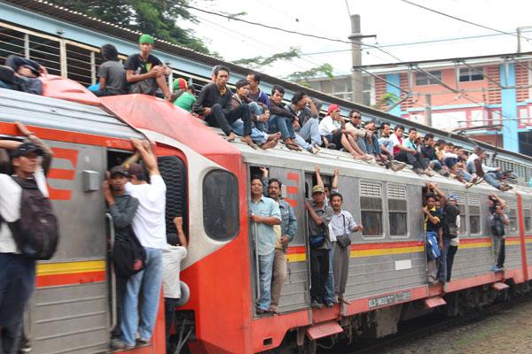 Kereta Api Ekonomi, Ilustrasi Anak Muda Banyak Gaya di Pintu Kereta
