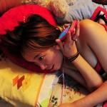 Profesi Gadis Cantik Ini Juga Berlangsung di Ranjang Menggunakan Smartphone Untuk Berinteraksi dengan Para Gamers