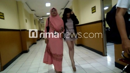 Amel Alvi Saat Digelandang Ke Kantor Polisi - RimaNewsDotCom
