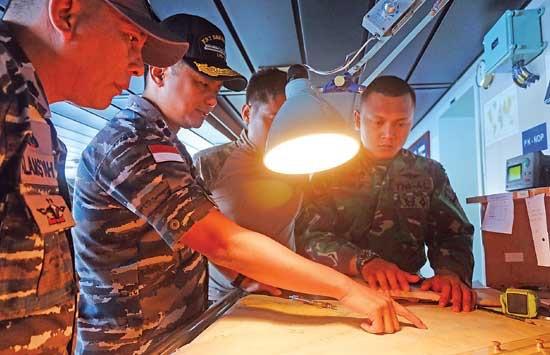 Komandan KRI Banjarmasin Letkol Laut Rakhmat Arief Bintoro (Dua dari kiri) menyusun strategi