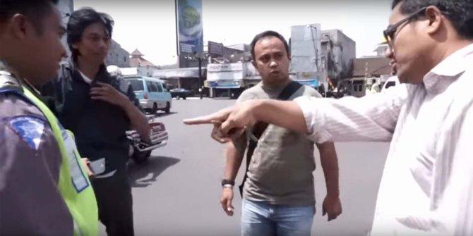 Pengendara Mobil Debat Lawan Polisi Soal Moge