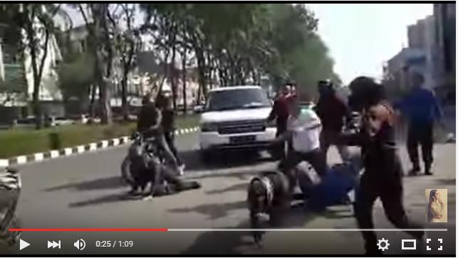 Cuplikan Video Ki Kusumo di Keroyok Tujuh Pengendara di Kelapa Gading