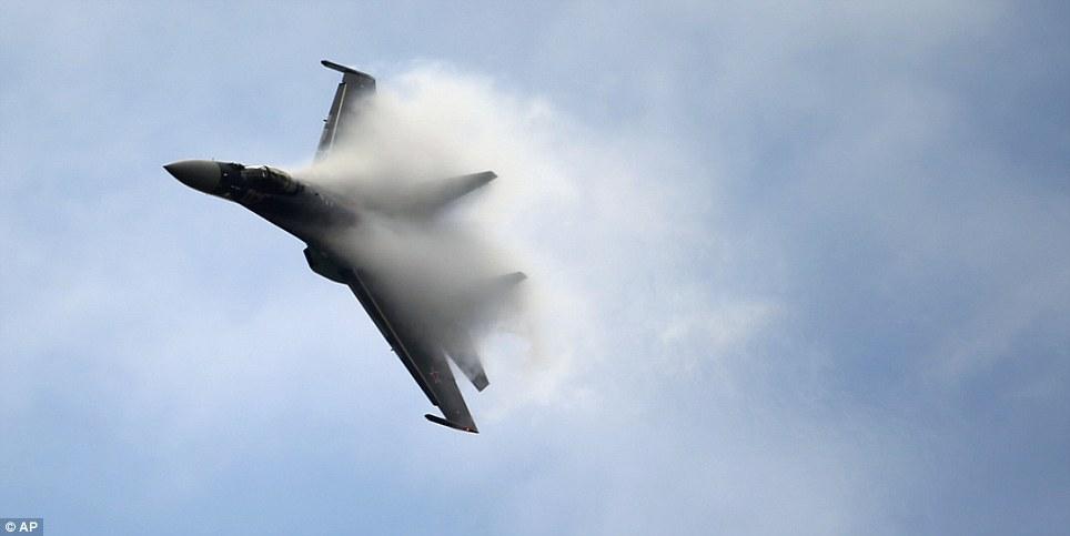 Gambar menakjubkan Sukhoi Su-35 di Paris Air show. Sumber gambar AP