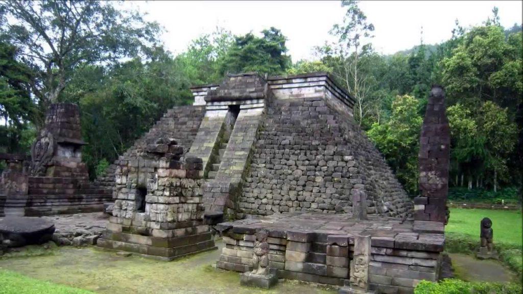 Candi Sukuh yang mirip dengan bangunan Piramida suku Maya