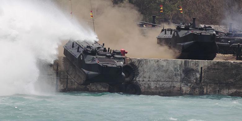 LVT-7 Marinir Terjun Bebas ke Laut dalam Sebuah Atraksi HUT TNI ke 70 - Blog Garuda Militer