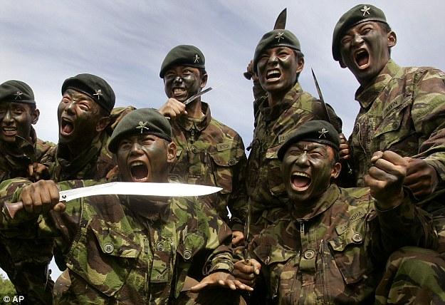 Pasukan Gurkha dengan Senjata Khukri (Src: Dailymail)