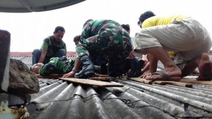 Prajurit Penerjun Payung Jatuh di Atap Rumah Warga Saat Gladi Kotor HUT TNI AU ke 71