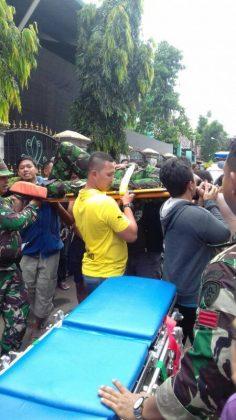 Prajurit Penerjun Payung yang Jatuh di Atap Rumah Warga di Evakuasi untuk Dibawa Ke Rumah Sakit