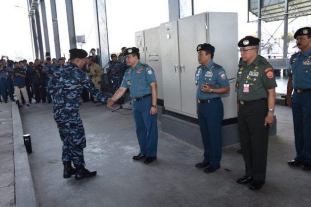 Kasal Laksamana TNI Ade Supandi ,menyambut kru kapal selam Nagapasa-403 di Surabaya, 28-8-2017 - (Dispen Koarmatim)