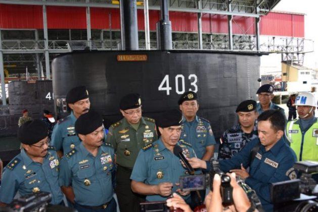 Kasal Laksamana TNI Ade Supandi usai menyambut kru kapal selam Nagapasa-403 di Surabaya, 28-8-2017 - (Dispen Koarmatim)