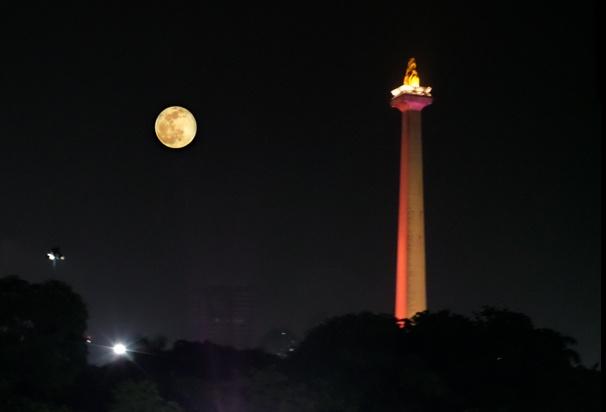 Menyaksikan Gerhana Bulan dari Monas - nfoastronomyDOTorg