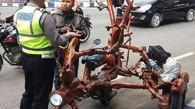 Modifikasi Motor dari Pohon yang Super Kreatif dan Keren, Tapi Langsung kena Tilang