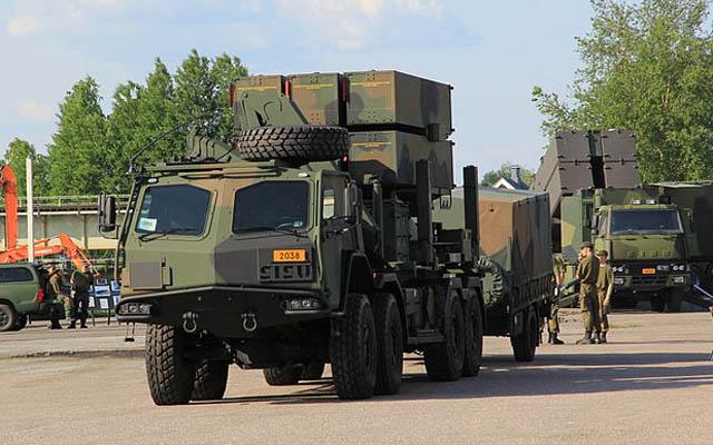 Sistem pertahanan udara NASAMS II berbasis truk 8×8 Sisu E13TP Angkatan Bersenjata Finlandia. © MKFI via Wikimedia Commons