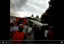 Salah Semprot, Petugas Pemadam Kebakaran ini Malah Semprot Rumah Yang Aman-aman Saja