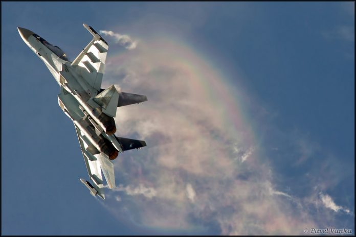 Sukhoi Su-35 Saat Bermanuver - Src Flickr