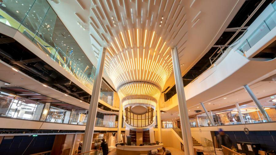 Inti kapal, The Grand Plaza adalah inti dari kapal. Lampu gantung yang mengesankan sudah selesai dan merupakan pusat mencolok untuk Celebrity Edge. - Corutesy Celebrity Cruises Via CnnDOTcom