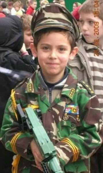 Enzo Zenz Allie, Waktu TK di Ecole Saint Joseph pada acara carnaval di Cherbourg France menggunakan baju loreng motif TNI